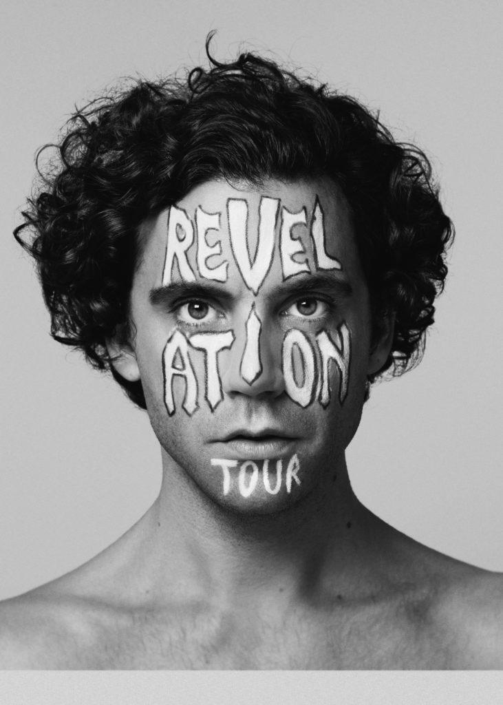 mika revelation tour primo piano del cantante israeliano con la faccia dipinta dal logo del tour 2019