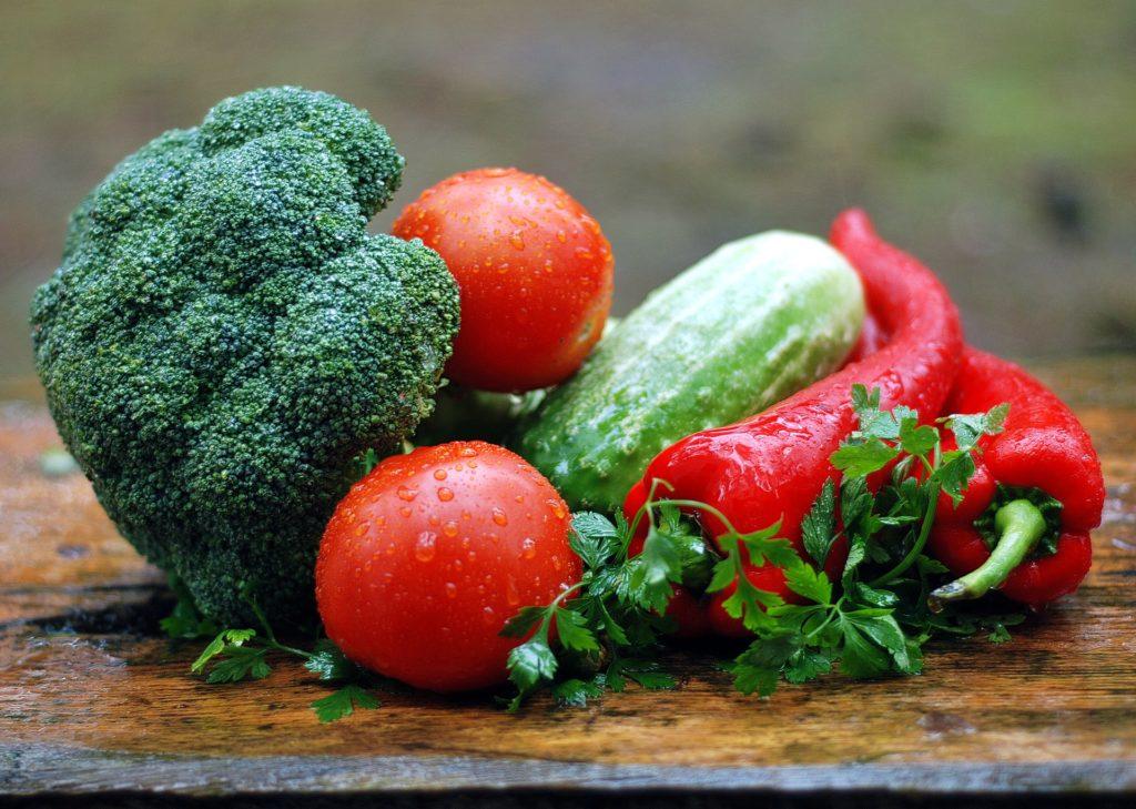 foto con verdure miste broccoli, peperoncino,pomodori,cetrioliprezzemolo