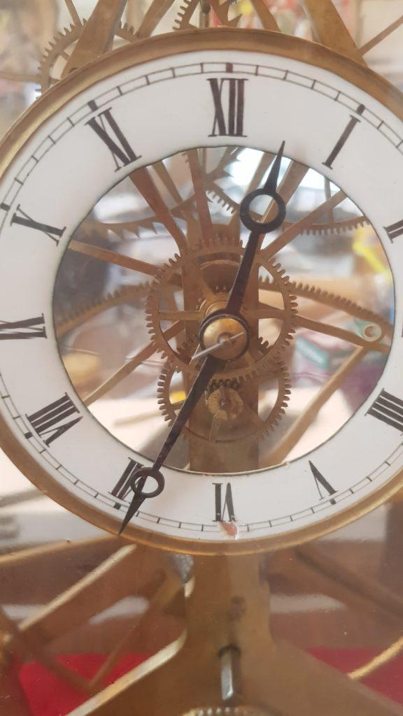 arte e medicina - un orologio rotondo con numeri romani