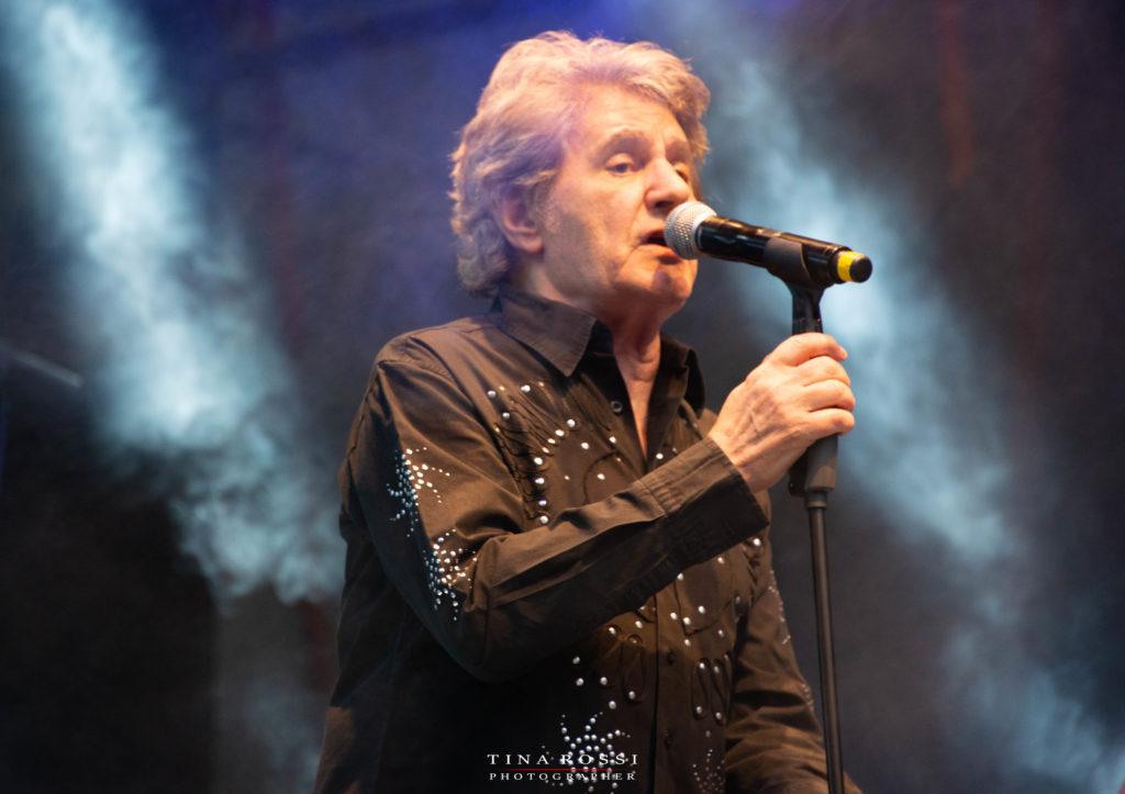 Fausto Leali canta con microfono