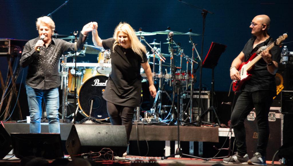 Fausto Leali sua moglie Germana e il chitarrista alla fine del concerto salutano e ringraziano il pubblico