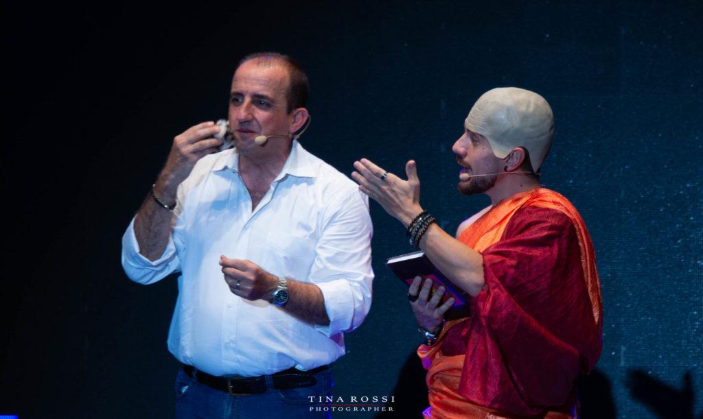 cab41: Fabrizio Brignolo vestito da monaco buddista parla con Giampiero Perone