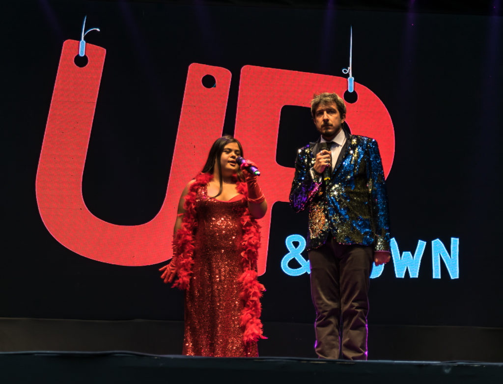 Paolo Ruffini sul palco con Erica, vestita di rosso, come Jessica Rabbit