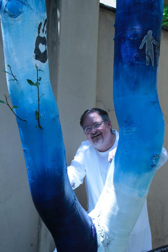 arte e medicina: il dottor ravazzani dietro due blocchi blu fatti ad onda
