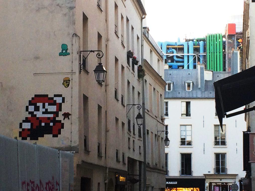 Un pezzo del mosaico della caccia al tesoro dietro il centre Pompidou di Parigi, scorcio di via