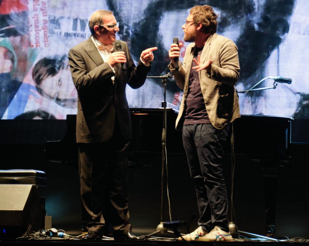 Parcodora live : Pinuccio di Striscia la Notizia sul palco di profilo parlo con il maestro bolognese