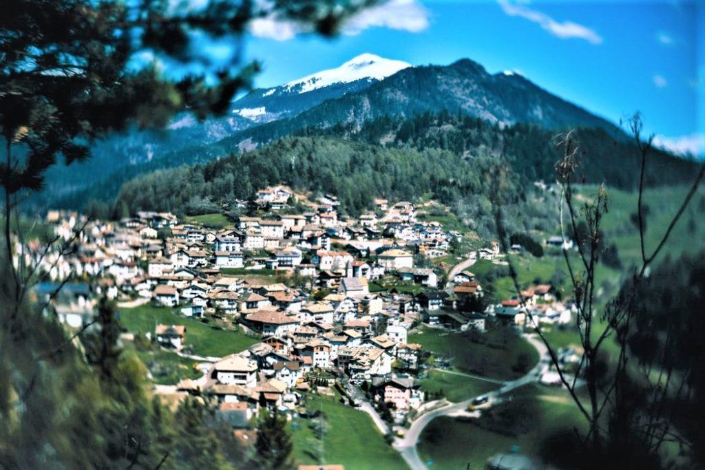 Primo piano di un paesino di montagna, arrampicato sulla collina