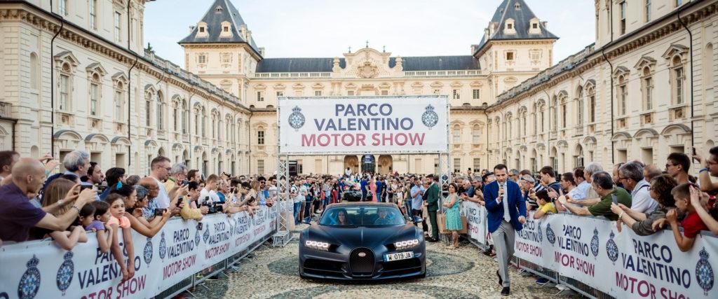 La manifestazione del Parco Valentino. nella foto il piazzale del castello con un'auto nera al centro e tutto il pubblico dietro le transenne che circondano il cortile