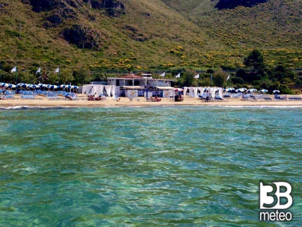 bazzano beach  nella foto in primo piano il mare e sullo sfondo la spiaggia