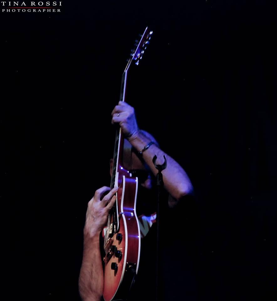 Primo piano di Maurizio Baldini, chitarrista dei Soundtruck, con la chitarra in pugno