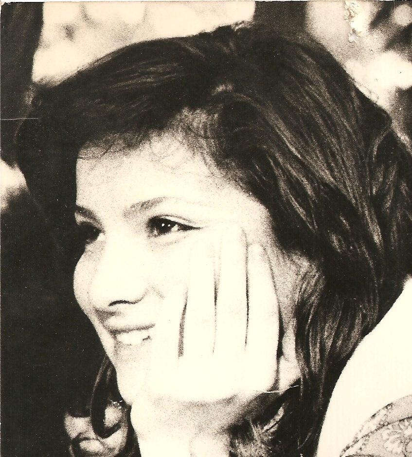 """Primo piano in bianco e nero di Susanna Trippa, sorridente, autrice del romanzo """"come cambia lo sguardo"""", dove racconta la storia del '68"""