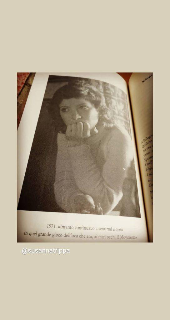 una pagina del libro che ritrae una foto di Susanna Trippa, vestita con maglione bianco, con il mento appoggiato sulla mano sinistra. La storia di una ragazza degli anni 70