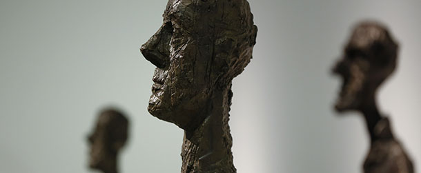 sculture realizzate in ero dello scultore Giacometti raffiguranti figure umane maschili molto stilizzate e sottili