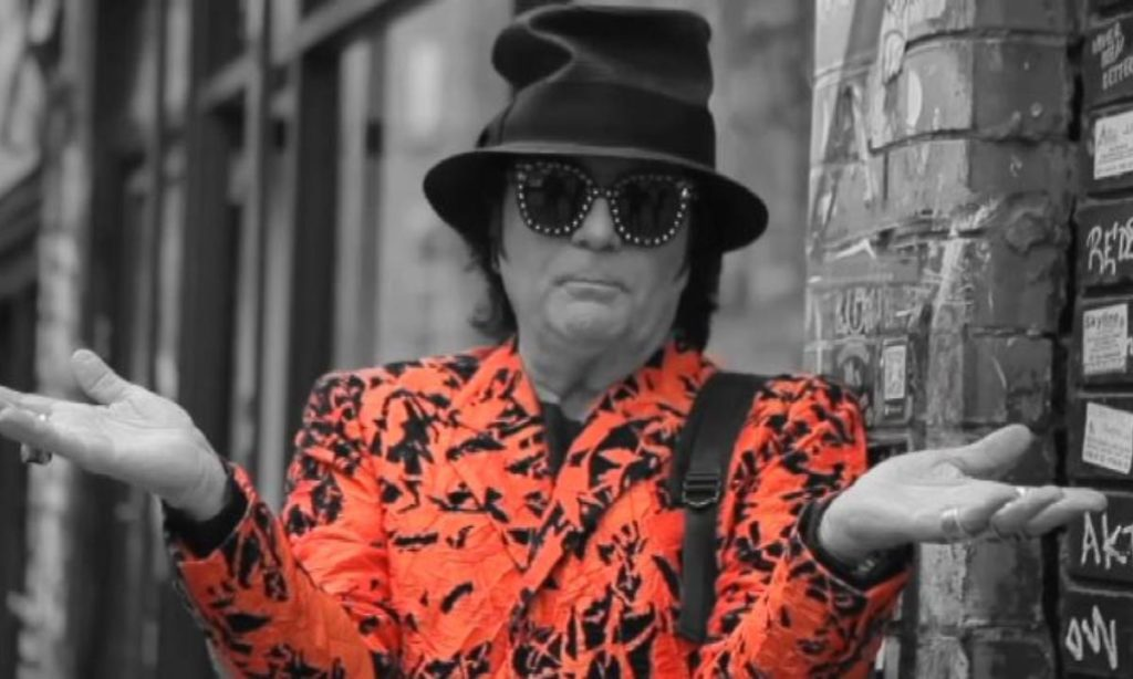Zero il folle in un bianco e nero con giacca arancione