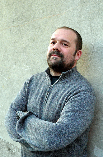 Massimo Banzi, curatore della Maker Faire ROme vestito con maglione grigio