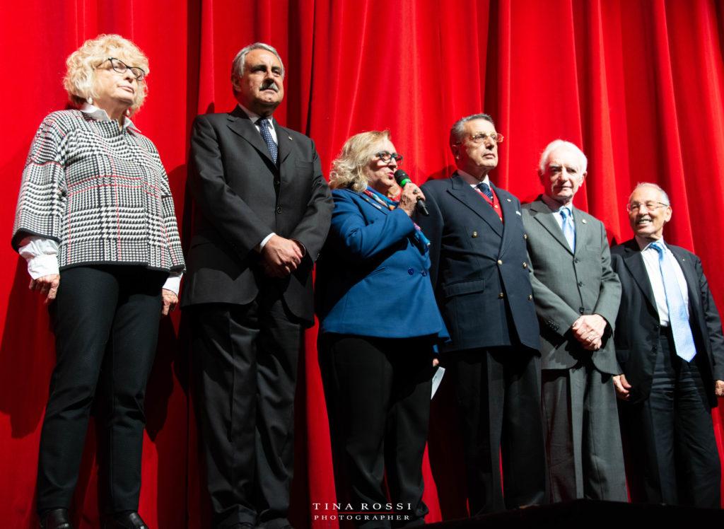 Sul palco del Polio Day i governatori del Rotary. Al centro vestita con giacca blu e pantaloni neri Giovanna Mastrotisi