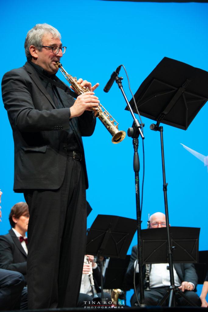 Il maestro Alessio Mollo mentre suona il sax soprano al Polio Day