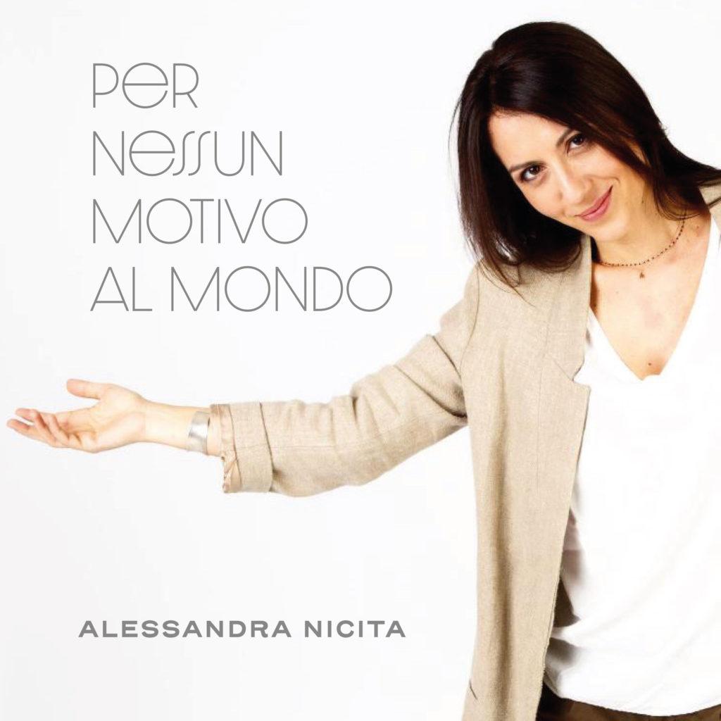 Scritta: Per nessun motivo al mondo con Alessandra Nicita, la cantante, vestita di bianco e beige