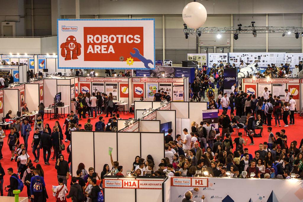 Una visione dall'alto del padiglione della Robotic Area con diversi espositori e tanta gente