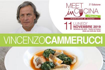 """scritta """"meet in cucina marche esperienze di cuochi"""" con foto di Vincenzo Cammerucci, capelli lunghi sulle spalle er occhi chiari, e un piatto cdi pesce in umido"""