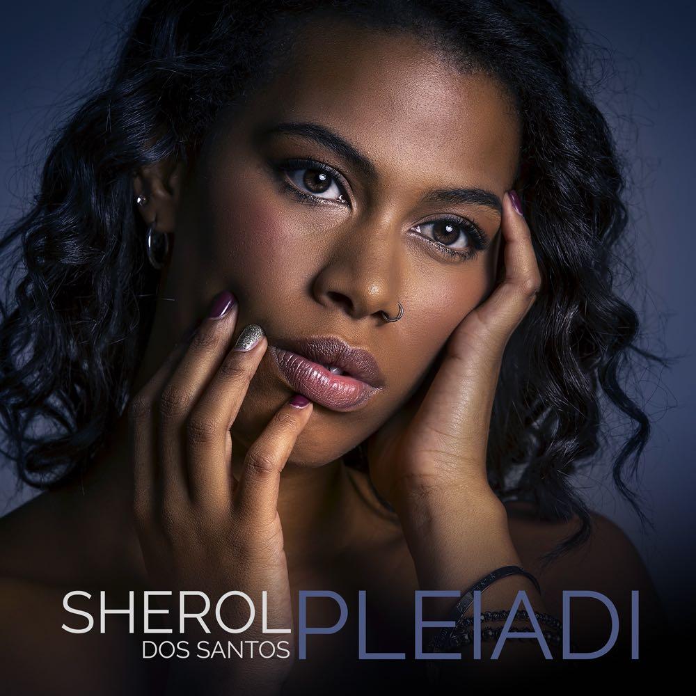 """Sherol Dos Santos: la copertina del suo nuovo singolo """"pleiadi"""", che la ritrae in primo piano, con i capelli sciolti"""