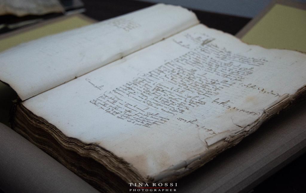 un libro di storia in esposizione negli armadi della memoria all archivio di stato