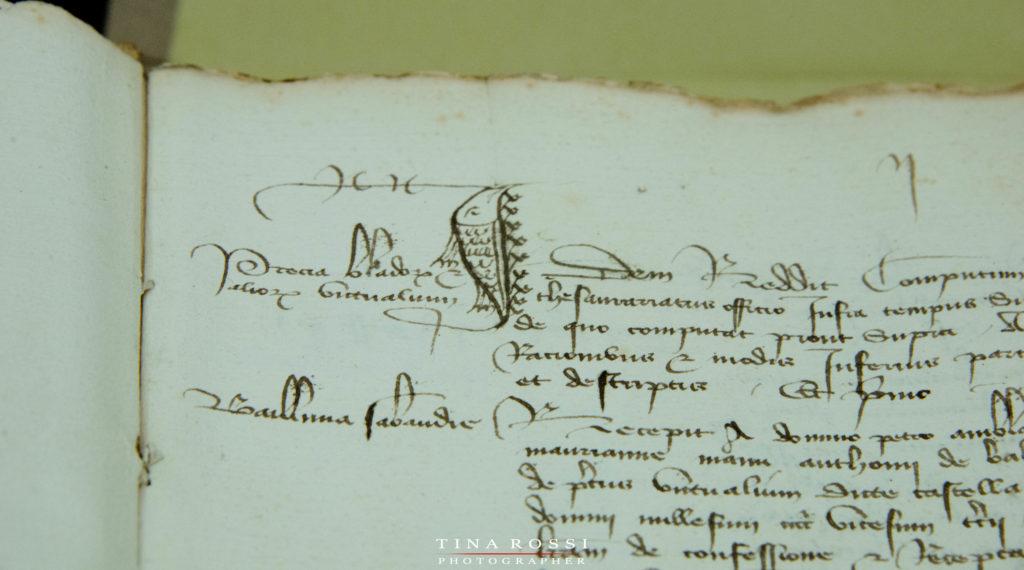 il dettaglio di una pagina antica narrante la storia nell'archivio di stato