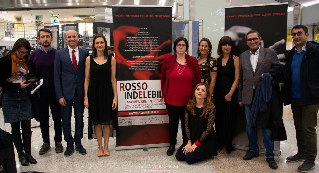foto di gruppo dello staff di rosso indelebile contro la violenza e la rappresentanza della Città di Torino