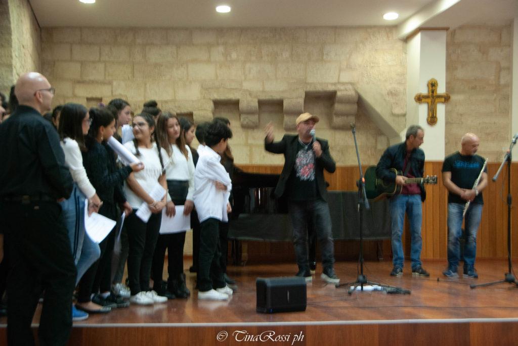 Gato Panceri canta GRazie per laGioia con il coro delbanìmbini del magnificat