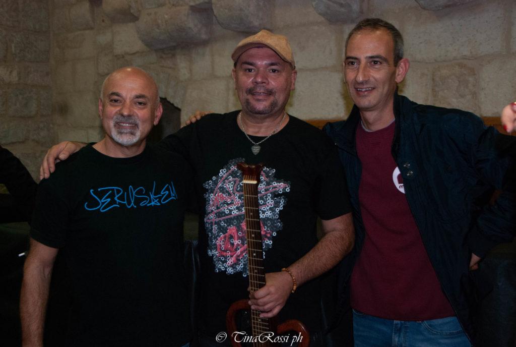 """Gatto Panceri, Nicola Petruccelli e Francesco Buonaugurio al concerto """"grazie per la Gioia"""", posano sorridenti, Gatto Panceri tiene in mano la chitarra"""