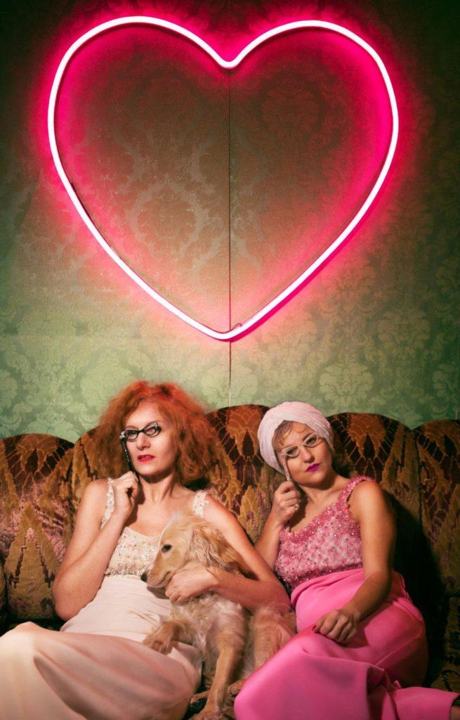 Le promotrici el pop up store Ocularium in rosa  beigecon il cane e un grande cuore
