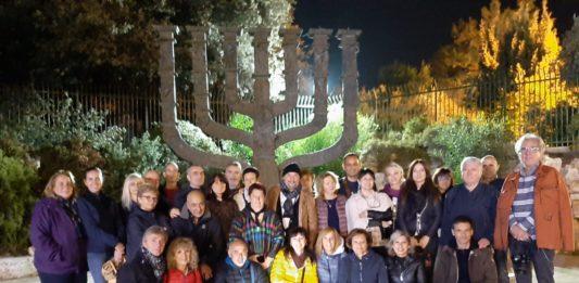 """Il gruppo fans cluvb di gatto panceri al concerto per la pace """"Grazie per la gioia"""" con dietro il candelabro simbolo di Gerusalenne"""