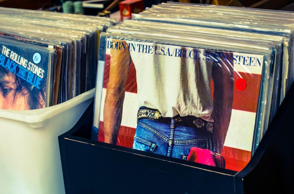 un box contenente dei dischi usati al east market