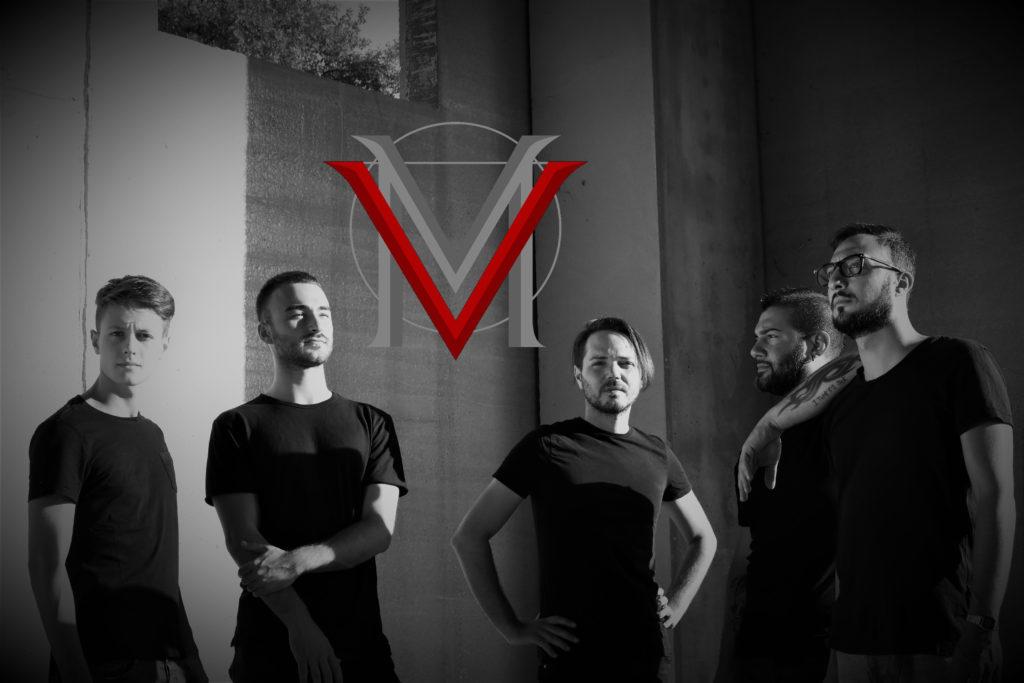 """I veramadre in una foto in bianco e nero, tutti vestiti con t shirt nera e pantalone nero, con il loro logo una """"v"""" rossa e una """"m"""" grigia, in mezzo alla foto"""