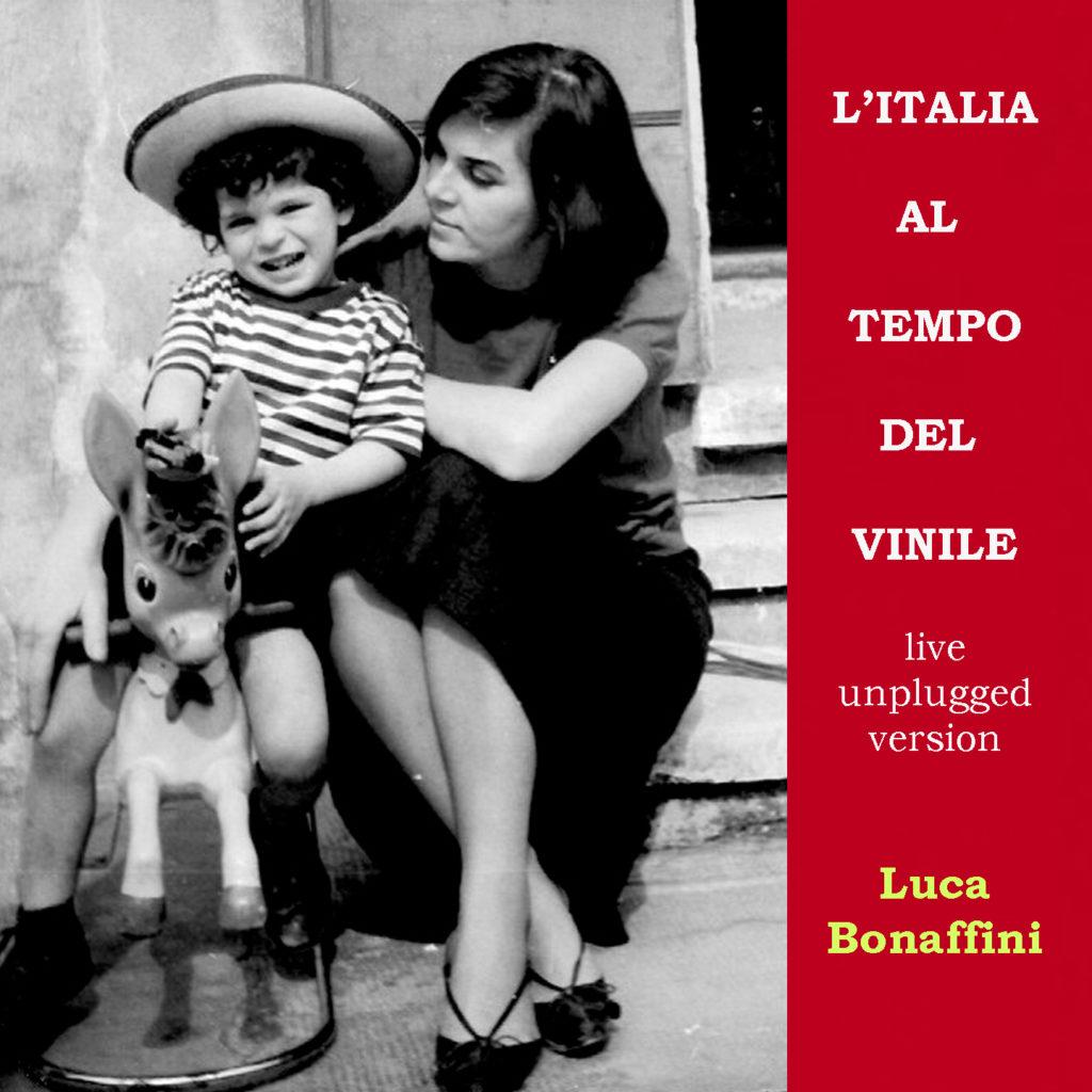 Italia al tempo del vinile: il nuovo singolo di Luca Bonaffini. in primo piano alcuni un bimbo seduto su un cavalluccio di legno, insieme alla mamma.