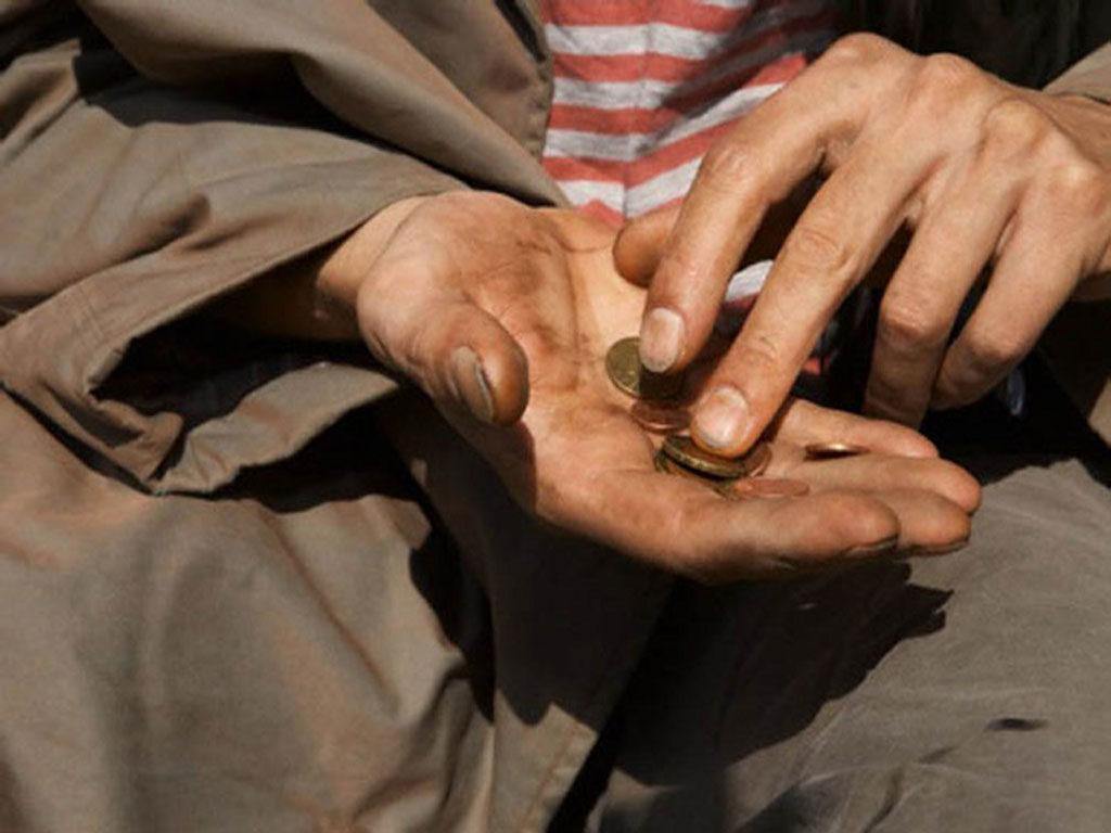 due euro nelle mani sporche di un povero