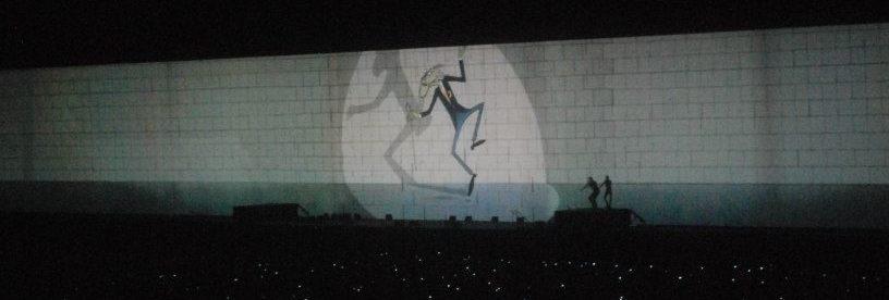 una scena dallo show The Wall dei Pink Floyd dove il maestro danza attaccato ai fili come un manichino