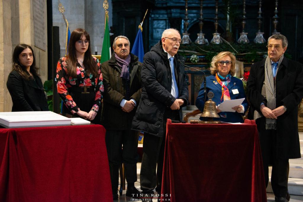 Il duomo di Torino per il progetto che vede il restauro del dipinto del Gagna, promosso dal Rotary, nella foto i gobìvernatori Mastrotisi, vestita con giacca blu e foulardi rosso al collo, il dott. Viana, con abito scuro e sciarpa viola, le due studentesse che hanno conseguito la borsa di studio e altri due rotariani