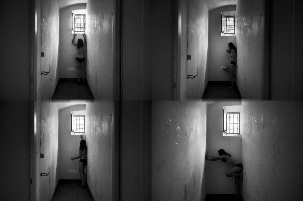 Foto nelle celle, parte del. Progetto Rosso Indelebile. Una donna nuda cerca di uscire dalla prigionia. Foto biancone nero