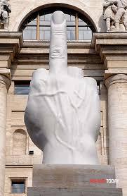 LOVE opera di Cattelan con dito medio alzato. Precursore della banana comedian