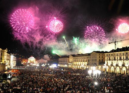 La gente in piazza San Carlo a Torino la notte di capodanno 2019 con poco posto per muoversi