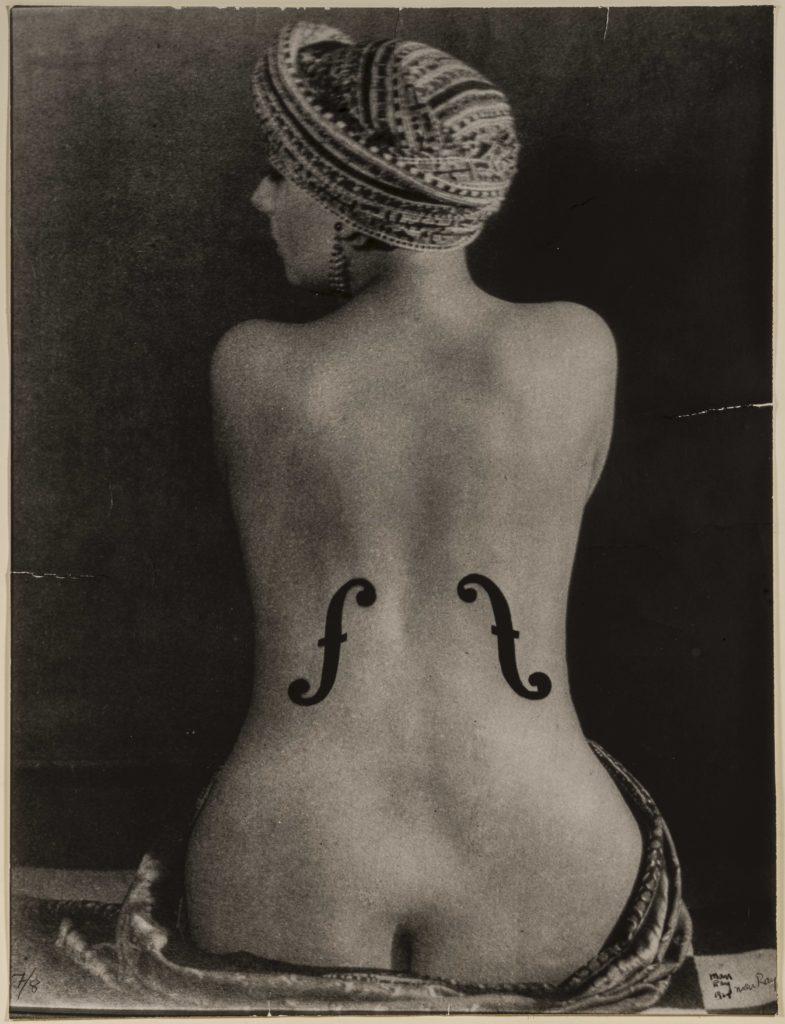 Una foto di Man Ray esposta a camera. Schiena di donna nuda con chiavi di violino