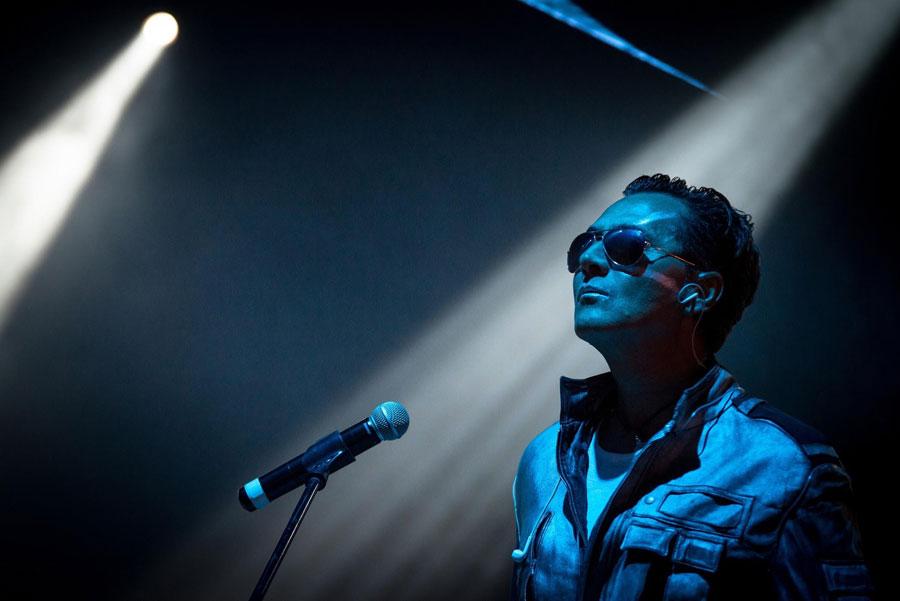 A volte ritornano: mesdames et messieurs les Rockets: primo piano del bassista Fabrice quagliotti circondato da luci blu