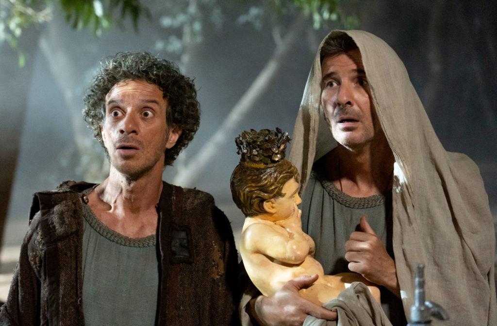 Ficarra e Picone nel film commedia Il Primo Natale vestiti come ebrei, Valentino ha un telo in testa e in braccio tiene una statuina di Gesù Bambino
