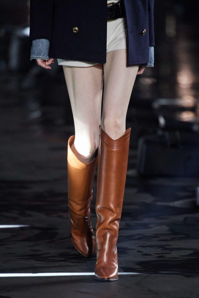 una modella con stivali marroni da cavallerizza