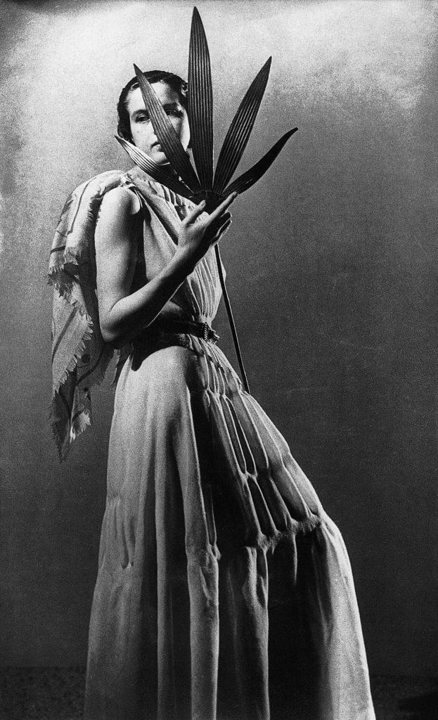 Le donne di Man Ray nell'esposizione di CAMERA. Donna in lungo con foglie in mano