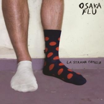 nella foto vengono rappresentate due gambe che indossano due calzini differenti, un fantasmino bianco e sull'altro piede un calzino alto nero a pallini rossi, accanto il titolo del nuovo album degli osaka flu la strana famiglia