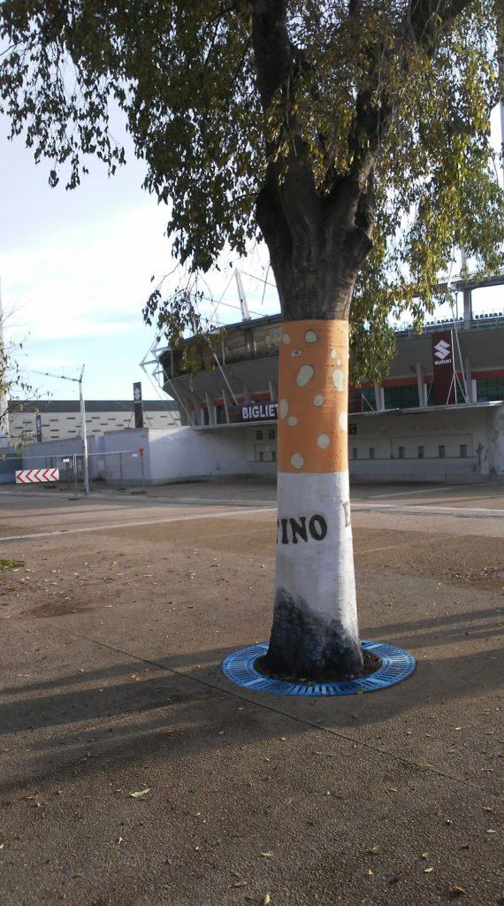 Ambiente non vale una cicca , una sigaretta dipinta su un albero