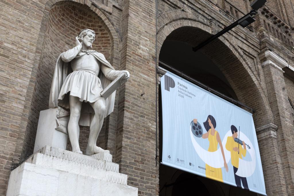 comunicazione e media in piazza con statua vicina