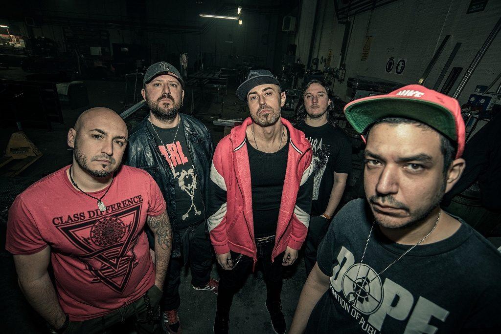 The Old Skull, i 5 artisti della band in un selfie di gruppo, vestiti casual, da rapper e metal, tutti con sguardo molto serio